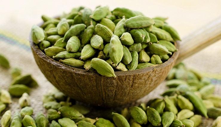 Read benefits of cardamom इलायची नहीं सिर्फ मसाला और माउथ फ्रेशनर, सेहत के  लिए भी कई मायनों में फायदेमंद - lifeberrys.com हिंदी