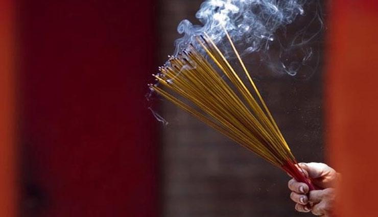 burning incense sticks,agarbatti,astrology ,સવારે અને સાંજે ઘરના મંદિરમાં કરો અગરબત્તી રહેશે નકારાત્મકતા દૂર