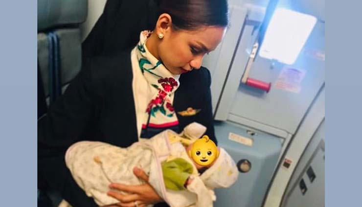 भूख से रो रहा था बच्चा, एयरहोस्टेस ने किया ऐसा, देख वहा मौजूद सभी लोगों का दिल भर आया