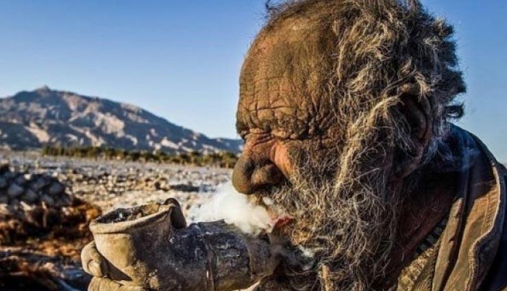 60 साल से नहीं नहाया है ये इंसान, खाने में खाता है सड़ा गला मांस