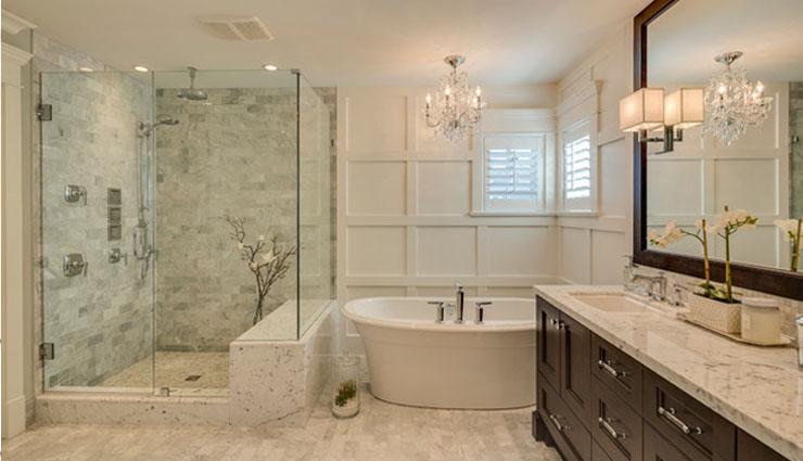 अपने बाथरूम को चमकाएं इन 4 घरेलू टिप्स की मदद से