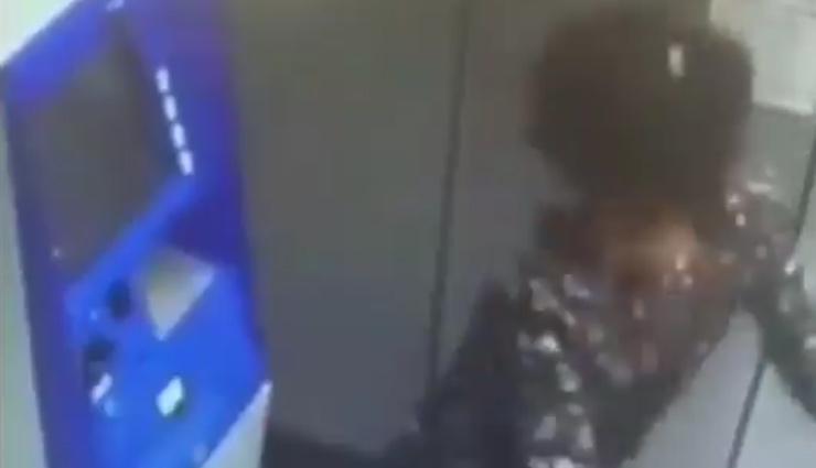 ATM मशीन के सामने लड़की ने किया मजेदार डांस, वीडियो शेयर करते ही हुआ वायरल