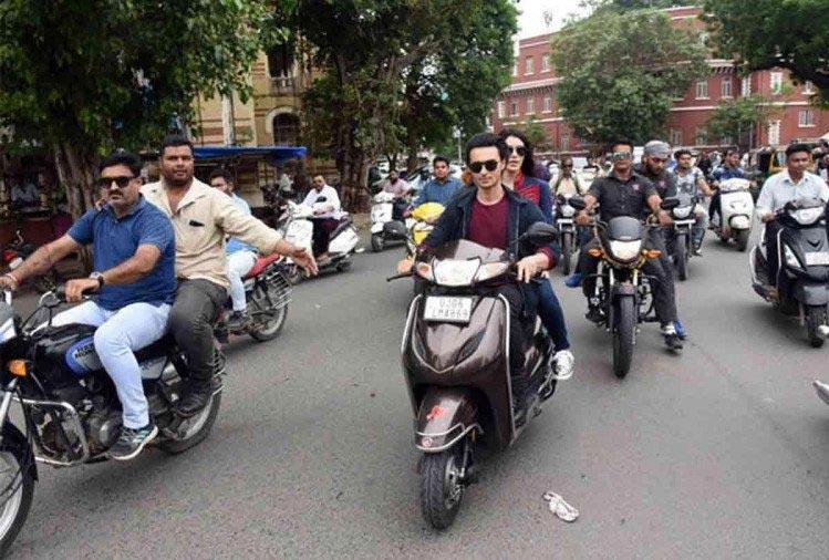 bollywood,Salman Khan,ayush sharma,helmet,traffic police ,बॉलीवुड,आयुष शर्मा,सलमान खान