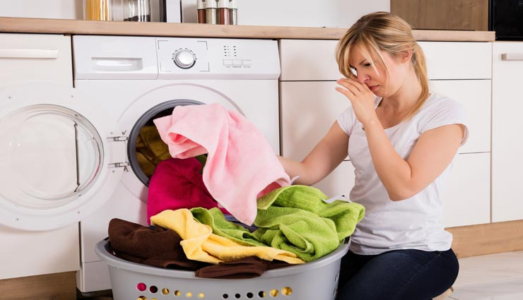 बरसात बनती है धुले हुए कपड़ों में बदबू की वजह, इन 3 उपायों की मदद से दूर होगी यह परेशानी