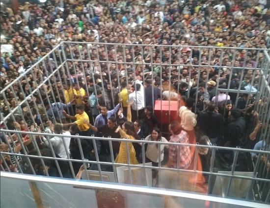 VIDEO Bigg Boss 11- Hina Khan Molested During Live Voting
