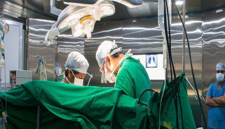 doctors,doctors cloth,doctors during operation,weird information,doctor in blue or green ,डॉक्टर, डॉक्टर के कपडे, डॉक्टर का हरे या नीले रंग के कपड़े पहनना