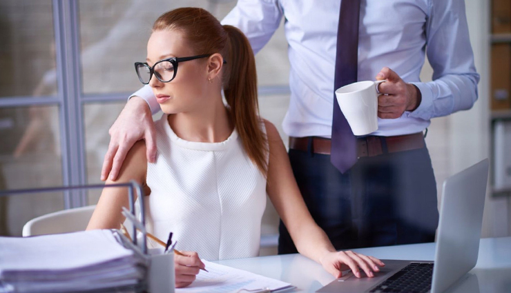 20 Signs That He is Flirting With You at Work - lifeberrys.com