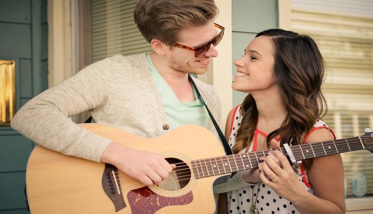 guitar boys,girls like guitar boys,reason of girls like guitar boys,specialty in guitar boys ,गिटार बॉयज, लड़कियों की पसंद गिटार बहाने वाले लड़के, गिटार बजाने वाले लड़कों की विशेषता