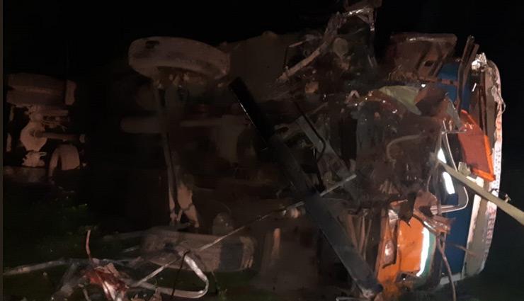 सड़क हादसा : बस और कंटेनर की भिड़ंत, 13 की मौत, 20 लोग घायल