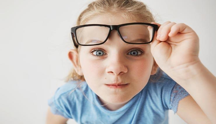 बच्चों की आंखों पर कम उम्र में ही चढ़ने लगा चश्मा, इन टिप्स की मदद से करें इन्हें दूर