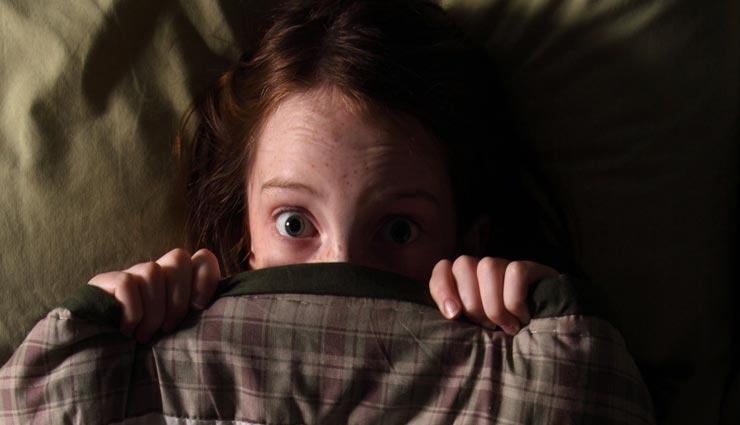 बच्चों का अँधेरे से डर बनता है पेरेंट्स की परेशानी, इन तरीकों से करें इसे दूर