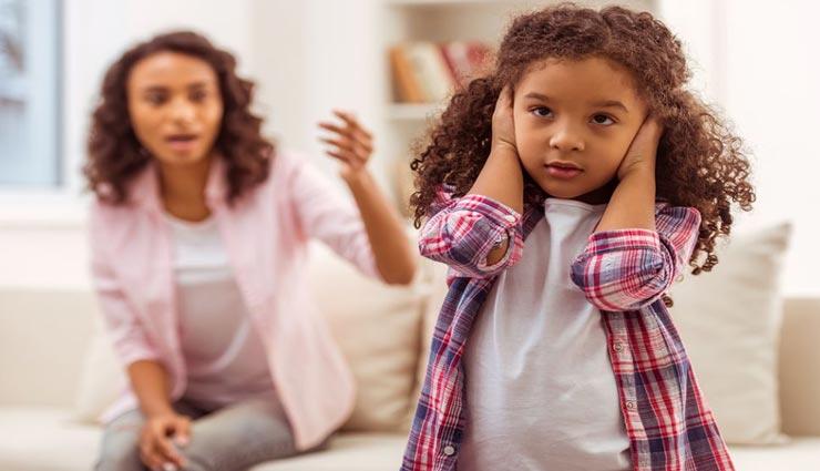 बच्चा करने लगा हैं आपकी बातों को अनसुना, इन तरीकों से करें समझाइश