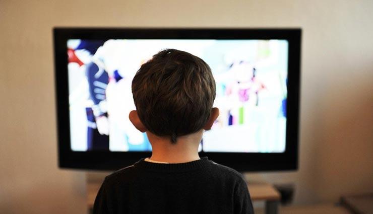 बच्चा पूरे दिन गढ़ोए रखता हैं टीवी में अपनी आंखें, लत छुडवाने के लिए आजमाए ये उपाय