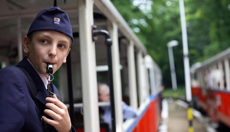 एक अनोखा रेलवे स्टेशन जिसे चलाने की जिम्मेदारी बच्चों पर, इनके काम जानकर रह जाएंगे हैरान