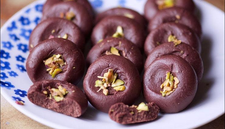 Ganesh Chaturthi 2018 : 'चॉकलेट बादाम पेड़े' का भोग लगाकर करें श्रीगणेश को प्रसन्न #Recipe