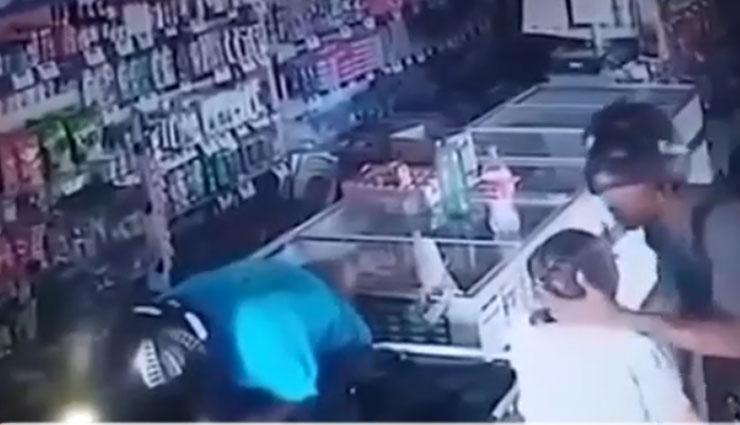 दुकान लूट रहे थे दो लुटेरे, बुजुर्ग महिला का माथा चूमा और कहा - आपका पैसा नहीं लेंगे