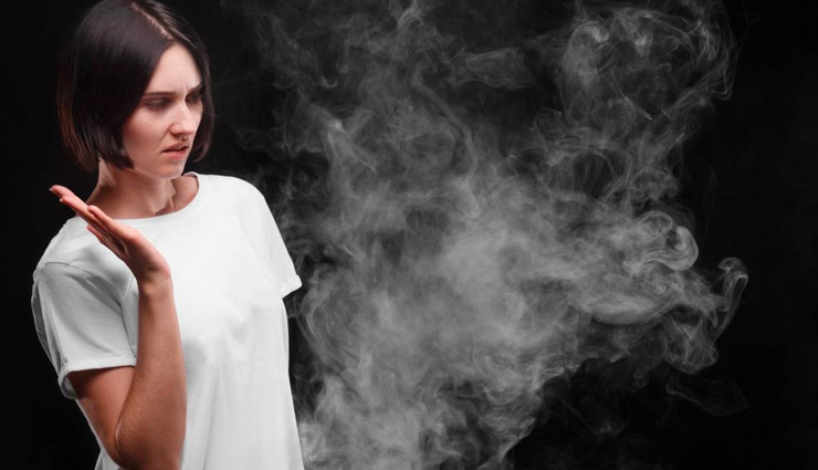 सिगरेट की बदबू से बिगड़ता है घर का माहौल, इसे दूर करने के लिए आजमाए ये उपाय