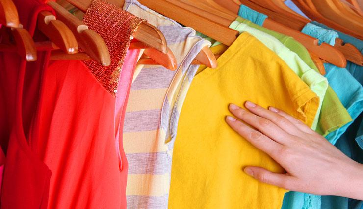 बारिश के मौसम में कपड़ो से आ रही बदबू को दूर करे इन तरीको की मदद से