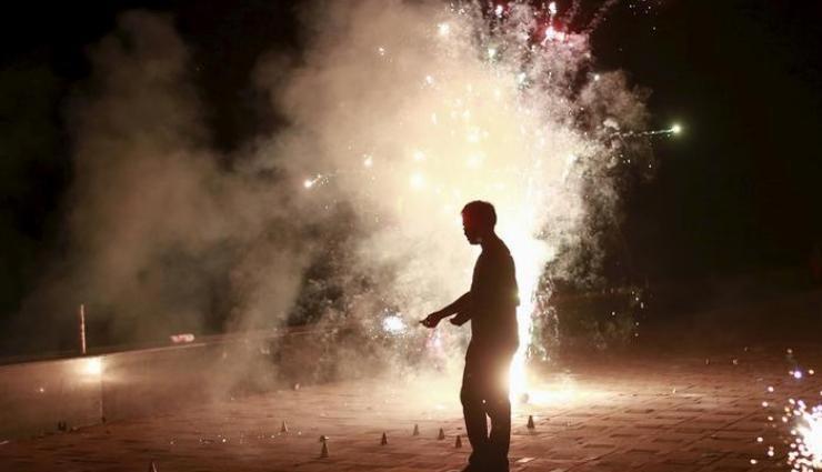 दीवाली पर 10 बजे के बाद फोड़े हैं पटाखे तो हो सकती है ये सज़ा, भरना पड़ सकता है जुर्माना