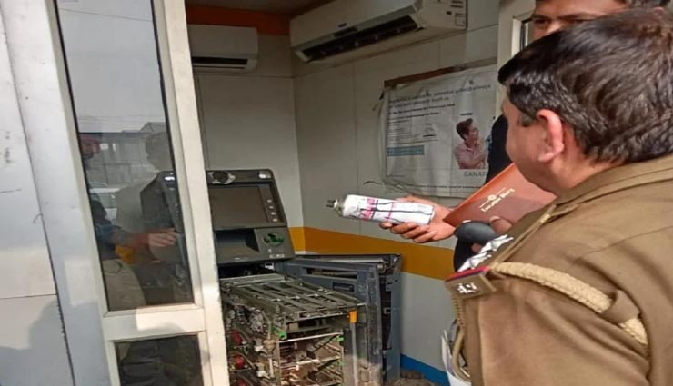 मेरठ : चोरों ने बनाया किराना स्टोर को निशाना, छत उखाड़कर की लाखों रुपए की चोरी