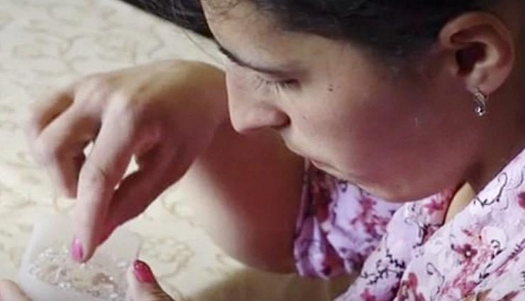 इस महिला के आंखों से आंसू की जगह निकलते है रोज 50 क्रिस्टल, डॉक्टर भी हैरान
