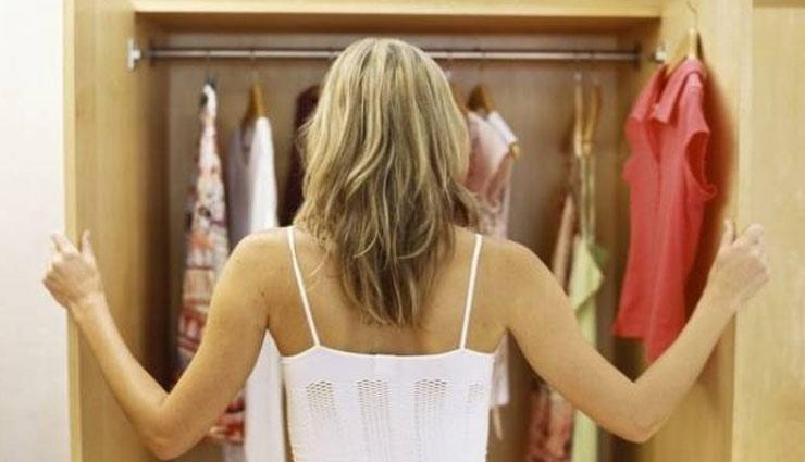 बंद अलमारी के कपड़ों में आने लगी है बदबू, इन आसान तरीकों की मदद से करें दूर