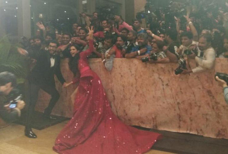 bollywood,deepika padukone,ranveer singh,deepika ranveer reception,deepika padukone reception party pics ,बॉलीवुड,रणवीर सिंह,दीपिका पादुकोण,दीपिका पादुकोण रिसेप्शन पार्टी,रणवीर सिंह रिसेप्शन पार्टी,फोटो