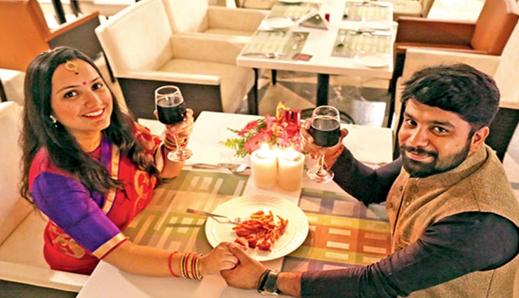 करवा चौथ पर पत्नी का दिन बनाए स्पेशल, डिनर के लिए परफेक्ट रहेगी दिल्ली NCR की ये 5 जगहें