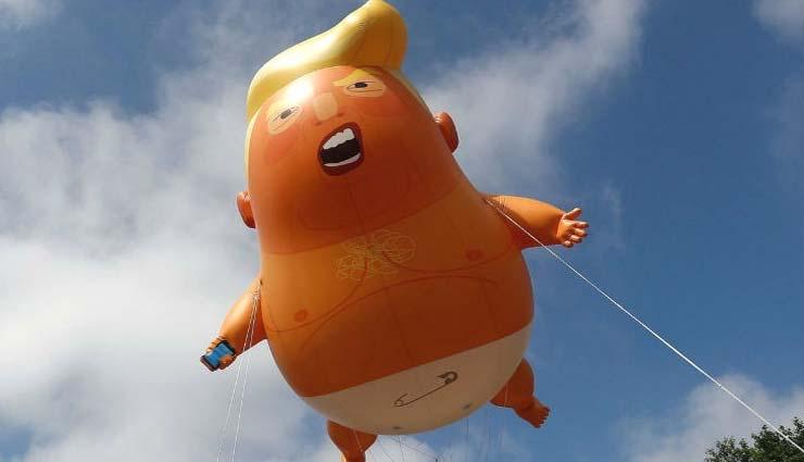 donald trump,talking robot,uk,us,protest,sat on a toilet,weird story ,डोनाल्ड ट्रम्प,ब्रिटेन,डोनाल्ड ट्रम्प का रोबोट,अजब गजब खबरे हिंदी में