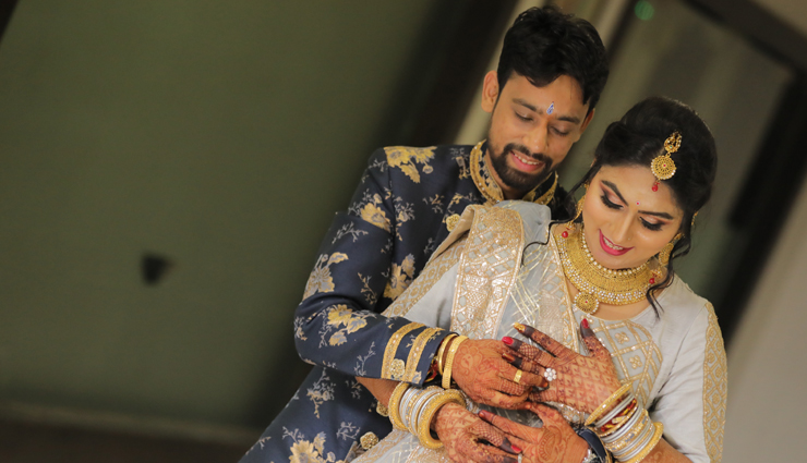 engagement photos for couples,trending poses for couples,couple pics tips,fashion tips for couples