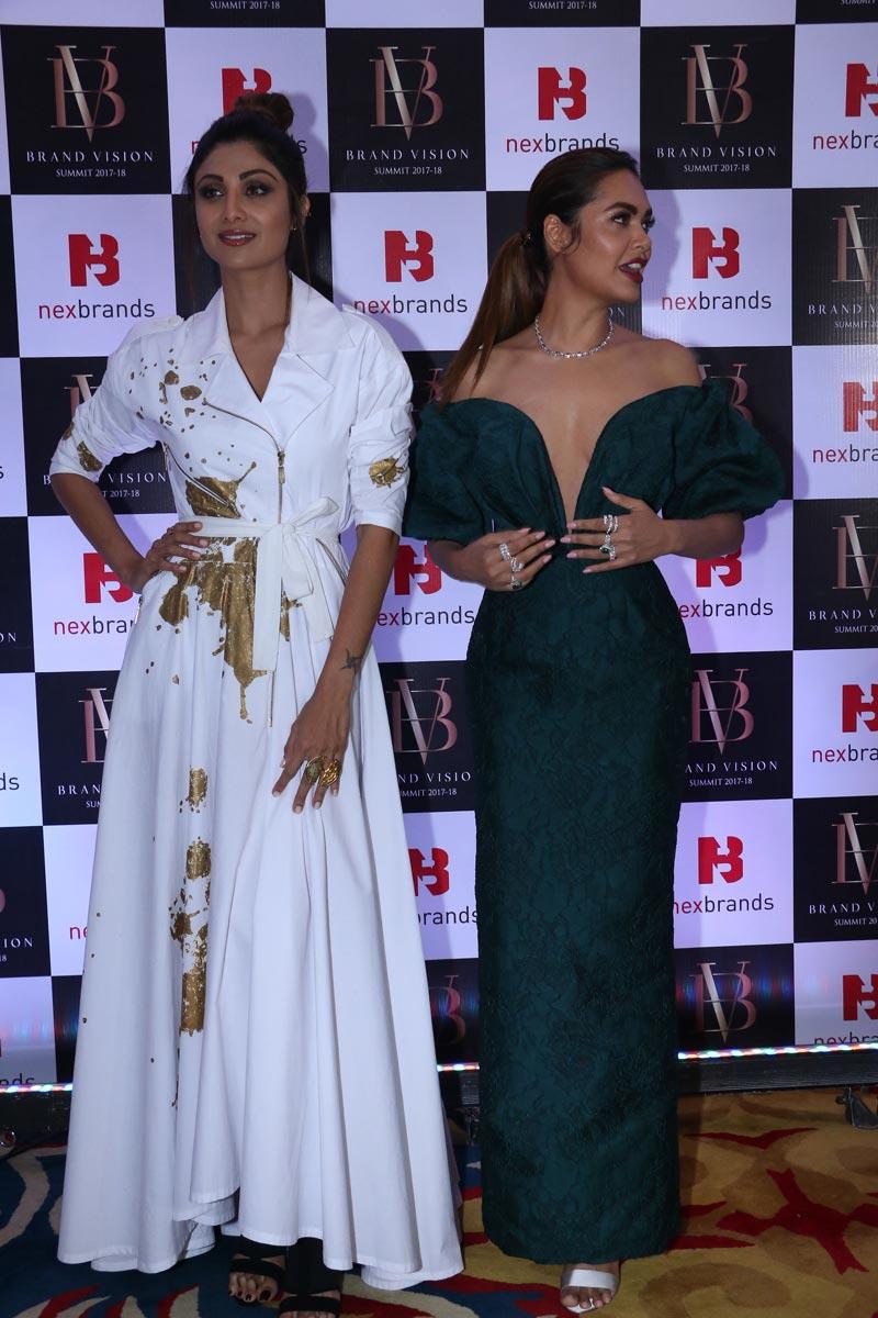 bollywood,esha gupta,Shilpa Shetty,brand vision awards 2017 2018,viral photo ,बॉलीवुड,ईशा गुप्ता,ब्रांड विज़न अवॉर्ड्स 2017-2018