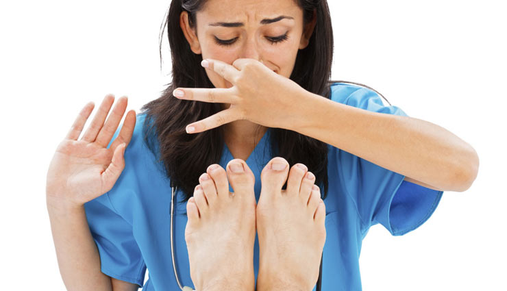 tips to treat smelly feet,smelly feet,home remedies,how to stop smell from feet,beauty tips,beauty ,घरेलू उपचार, ब्यूटी टिप्स, पैरो की दुर्गन्ध