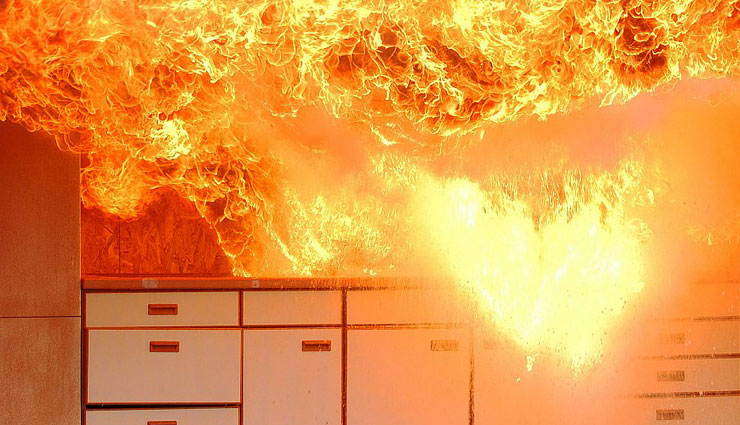 household tips,6 types of kitchen fire and their safety measures,different kinds of kitchen fire,how to handle kitchen fire,what to do when cylinder in kitchen catches fire,tips for cylinder fire,tips to deal with pan fire,cooking fire,microwave fire,electrical fire