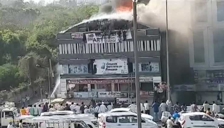 families,identified,dead bodies,watching,clock,mobile,coaching fire,surat fire,surat,fire in coaching center,news,news in hindi ,सूरत हादसा,तक्षशिला कॉम्प्लेक्स,तक्षशिला कॉम्प्लेक्स में आग,गुजरात,खबरे हिंदी में