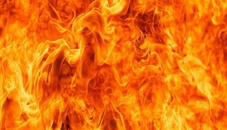 उत्तरप्रदेश : लोन ना चुका पाने पर ट्रक चालक को किया आग के हवाले, स्थानीय लोगों ने कंबल डाल बचाई जान