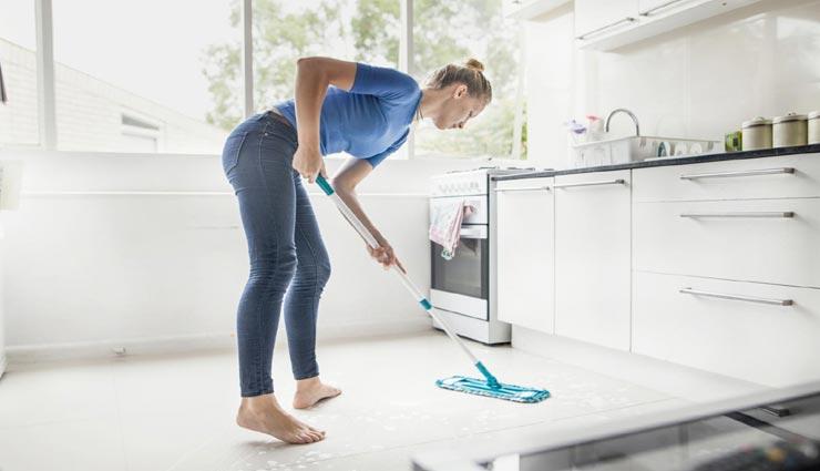 बरसात में आती है गंदे फर्श की समस्या, इन 4 तरीकों से करें इसकी सफाई