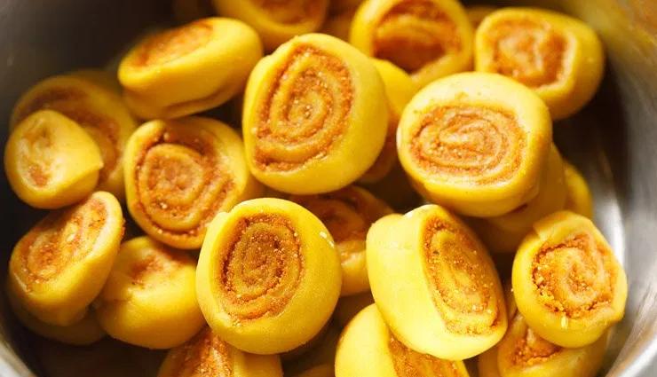 local food of pune,pune food,bakarwadi,amti,peanut chutney,samosas with chutney,sabudana khichdi,shrewsbury biscuits,pastries,pune