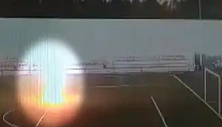 प्रैक्टिस के दौरान फुटबॉल प्लेयर पर गिरी बिजली, देखें वायरल वीडियो