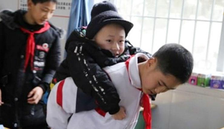 दोस्ती की मिसाल : दिव्यांग दोस्त पढ़ सके इसलिए वह 6 साल से हर रोज उसे पीठ पर उठा कर स्कूल लेकर आ रहा है