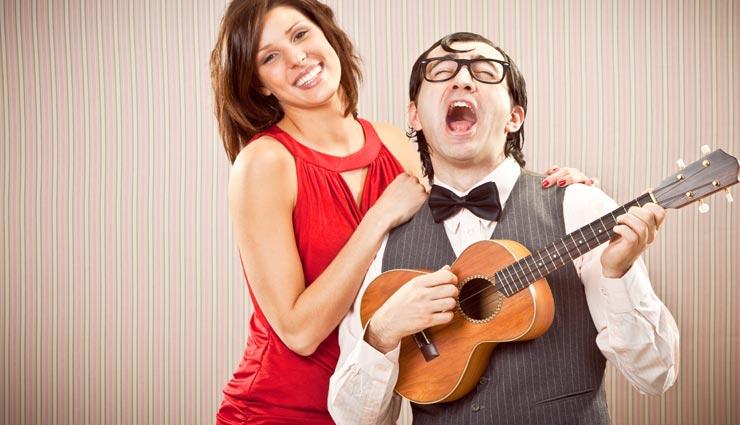 आखिर क्यों पसंद आते हैं लड़कियों को गिटार(Guitar) बजाने वाले लड़के, जानें बड़ी वजहें