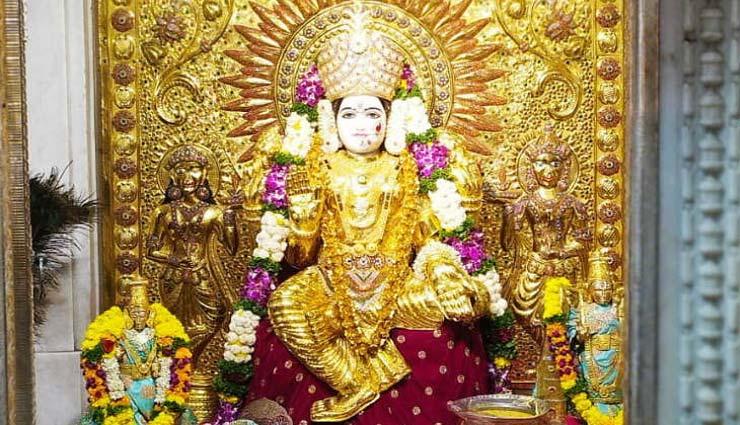पुणे : महालक्ष्मी मंदिर में देवी को पहनाई 16 किलो सोने की साड़ी