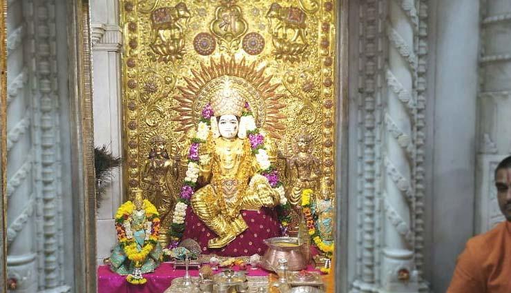 mahalakshmi temple,dressed in gold sari,dussehra,pune,weird news in hindi ,महालक्ष्मी मंदिर,16 किलो सोने की साड़ी