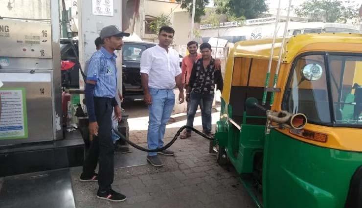 गुजरात : नरेन्द्र मोदी की जीत की खुशी में पेट्रोल पंप मालिक बांट रहा है मुफ्त सीएनजी