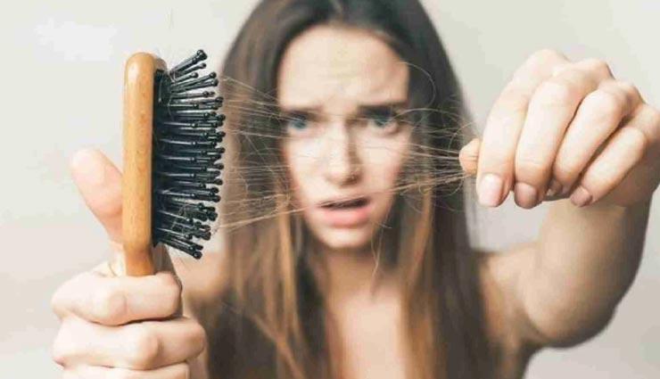 आपकी ये 5 गलत आदतें बन रही बालों के झड़ने का कारण, जानें और लाए इनमें सुधार
