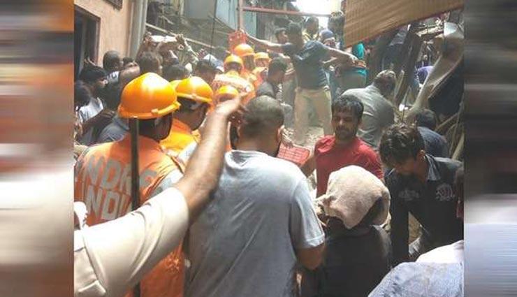 मुंबई हादसा : दिखी इंसानियत, 'ह्यूमन चेन' बनाकर लोगों को मलबे से निकालने की हो रही है कोशिश