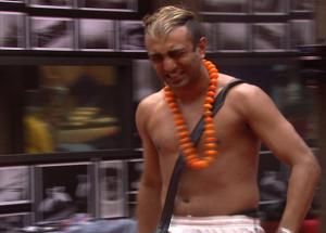 Bigg Boss 11 The Harmless Rapper Turns Violent in House
