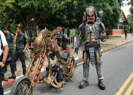 थाईलैंड: एलियन प्रीडेटर का कॉस्ट्यूम पहनकर सड़कों पर घूमता है ये शख्स, लोग है बाइक के दीवाने -Photo Gallery