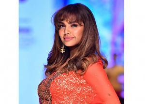 PICS- Esha Gupta Looks Glamorous at Delhi Times Fashion Week