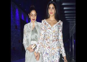 लैक्मे फैशन वीक में श्रीदेवी के साथ नजर आईं उनकी बेटी जाह्नवी कपूर, देखे तस्वीरे #PHOTOS-Photo Gallery