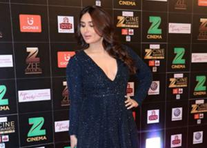 Kareena Kapoor Sizzles in Blue Gown - See More Pics